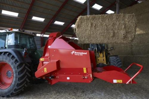 Size of the chamber allows easy loading of bales.