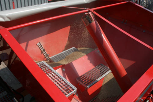 Loading step for save access to the hopper